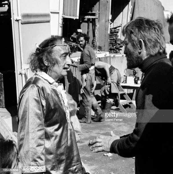 In a break from the filming of the movie 'The light of the edge of the world ' American actor Kirk Douglas talk with the Spanish painter Salvador...