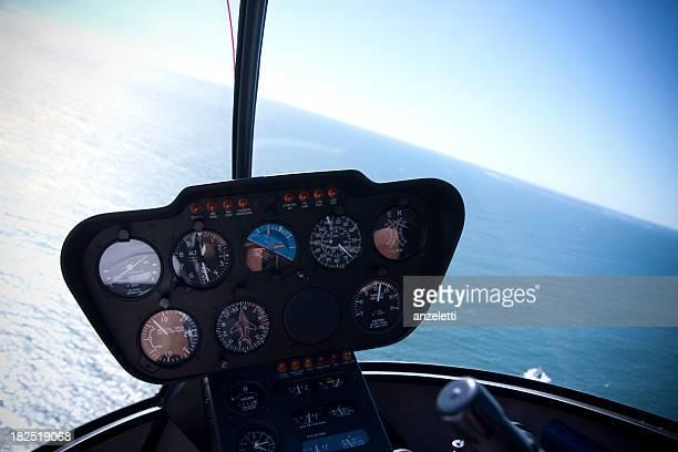 Pilotaggio di un elicottero vola sopra il mare