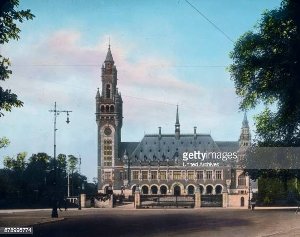 In an alley adjacent to the Hague's bush you come to the Peace Palace had for its production of American billionaire Carnegie donated large sums All...