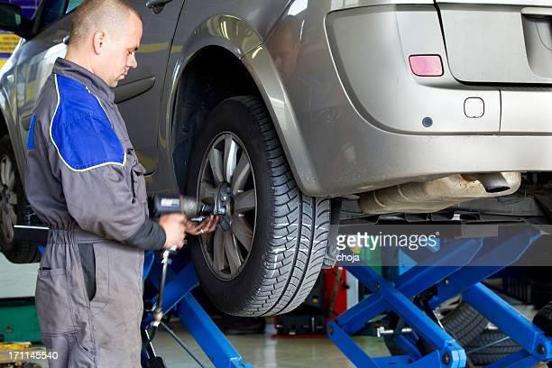 Mechaniker In Auto-Reparatur shop.Auto ist changin Reifen
