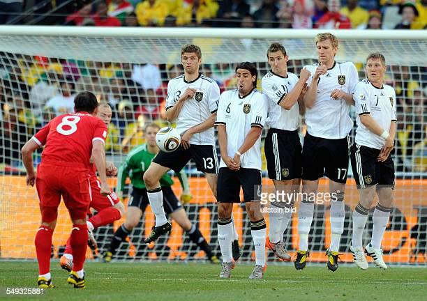 FussballWeltmeisterschaft 2010 Achtelfinale Deutschland England 2762010 in Bloemfontain Deutsche Abwehrmauer beim Freistoss von Frank Lampard Vl Th...
