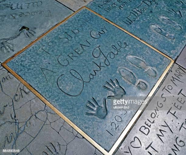In den Gehsteigen des Hollywood Boulevards vor Mann's Chinese Theatre haben im sogenannten 'Walk of Fame' beruehmte Filmstars ihre Signien sowie Hand...