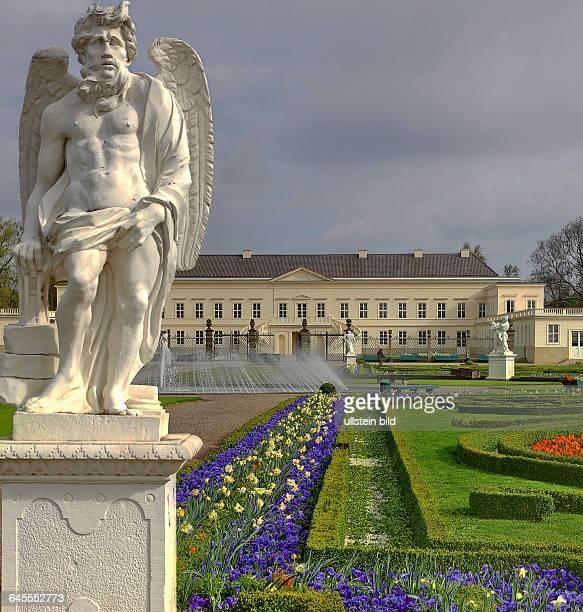 In den Herrenhäuser Gärten in Hannover mit Neuerbautem Schloß