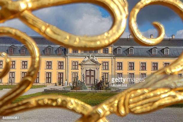 In den Herrenhäuser Gärten in Hannover Orangerie durch das Goldene Tor gesehen hier