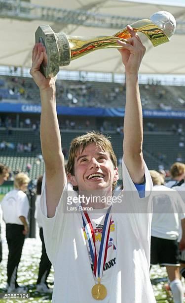 WM 2003 in den USA Finale Carson/Los Angeles Deutschland Schweden 21 Bettina WIEGMANN/GER mit dem Weltpokal