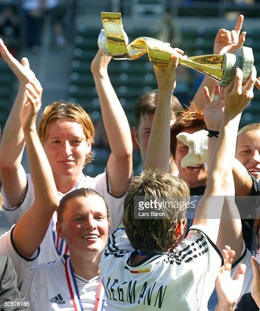 WM 2003 in den USA Finale Carson/Los Angeles Deutschland Schweden Bettina WIEGMANN mit dem Weltpokal