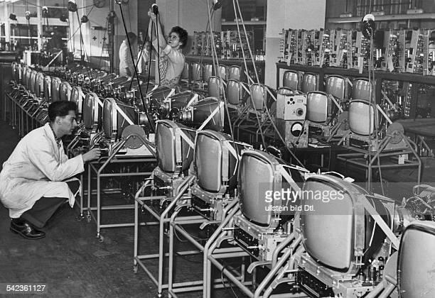 in der Montagehalle der BerlinerHeliowatt Nora FernsehfertigungÜberprüfung der Funktion derBraunschen Röhren 1955