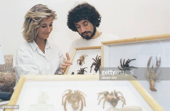 In der Therapie wird die an Arachnophobie leidende Patientin Katrin Weuster von ihrem Therapeuten behutsam an Spinnen in Glasschaukästen geführt um...