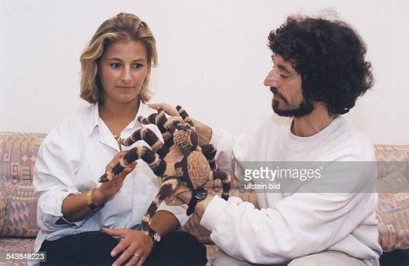 In der Therapie wird die an Arachnophobie leidende Patientin Katrin Weuster von ihrem Therapeuten behutsam an ein der echten Spinne gleichendes...