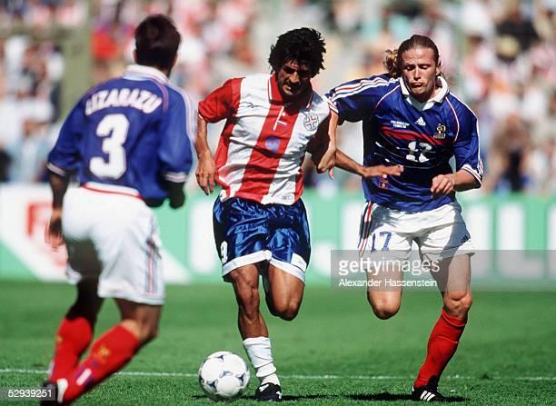 WM 1998 in Frankreich Achtelfinale Lens FRANKREICH PARAGUAY 10 Bixente LIZARAZU/FRA Jose CARDOZO/PAR Emmanuel PETIT/FRA