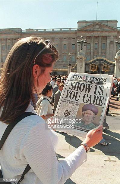 In front of Buckingham Palace a Londoner reads the headlines of a national newspaper 04 September criticizing the British Queen's silence since the...