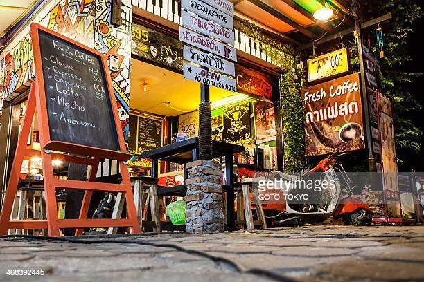 Em frente a loja de café de Noite