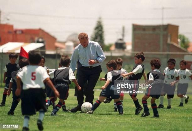 CUP 1999 in Guadalajara/MEX Besuch bei Waisenkindern in Queretaro KarlHeinz RUMMENIGGE