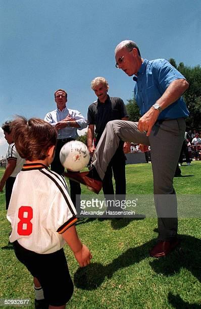CUP 1999 in Guadalajara/Mexiko Besuch der DFB NATIONALMANNSCHAFT in QUERETARO bei Waisenkindern/DFB FOERDERPROJEKT KINDER in Trikots der DFB...