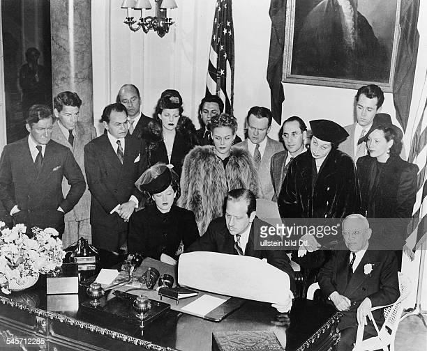 In Hollywood unterzeichnen Schauspieler und Beschäftigte in derFilmindustrie eine Petition an denPräsidenten der USA mit der Aufforderungdie...
