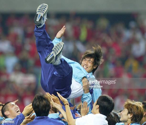 WM 2002 in JAPAN und KOREA Daegu SPIEL UM PLATZ 3/SUEDKOREA TUERKEI Myung Bo HONG/ KOR wird vom TEAM in die Luft geworfen weil dies sein letztes...