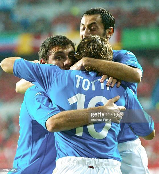 WM 2002 in JAPAN und KOREA Daejeon Match 56/ACHTELFINALE/KOREA ITALIEN 01 TOR JUBEL Torschuetze VIERI TOTTI und IULIANO/ITA