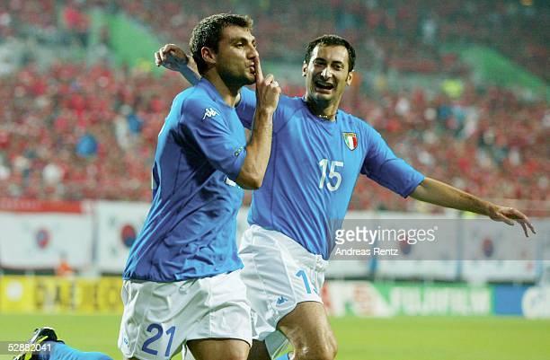 WM 2002 in JAPAN und KOREA Daejeon Match 56/ACHTELFINALE/KOREA ITALIEN 01 TOR jubel Torschuetze Christian VIERI und Mark IULIANO/ITA