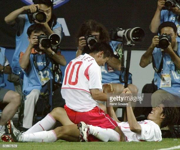 WM 2002 in JAPAN und KOREA Daejeon Match 56/ACHTELFINALE/KOREA ITALIEN 21 nV 11 TOR JUBEL Young Pyo LEE und Torschuetze Ki Hyeon SEOL/KOR