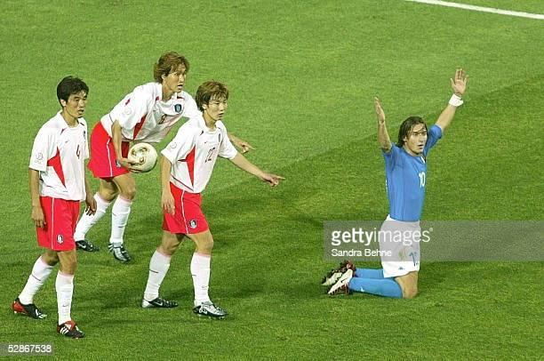 WM 2002 in JAPAN und KOREA Daejeon Match 56/ACHTELFINALE/KOREA ITALIEN 21 nV ROTE KARTE fuer Francesco TOTTI/ITA lks Jin Cheul CHOI Tae Uk CHOI und...