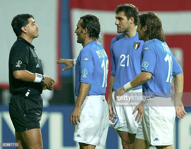 WM 2002 in JAPAN und KOREA Daejeon Match 56/ACHTELFINALE/KOREA ITALIEN 21 nV SCHIEDSRICHTER Byron MORENO/ECU gibt ROTE KARTE fuer Francesco TOTTI /ITA