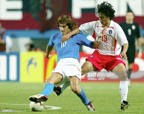 WM 2002 in JAPAN und KOREA Daejeon Match 56/ACHTELFINALE/KOREA ITALIEN Francesco TOTTI/ITA Jung Hwan AHN/KOR