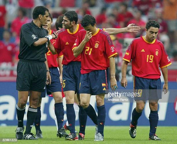 WM 2002 in JAPAN und KOREA Gwangju Match 59/VIERTELFINALE/SPANIEN KOREA 35 nE Schiedsrichter Gamal GHANDOUR/EGY mit Fernando HIERRO Luis Enrique und...