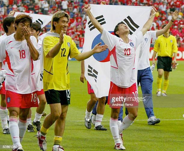 WM 2002 in JAPAN und KOREA Gwangju Match 59/VIERTELFINALE/SPANIEN KOREA 35 nE SCHLUSS JUBEL KOR Sun Hong HWANG Byung Ji KIM und Young Pyo LEE mit...