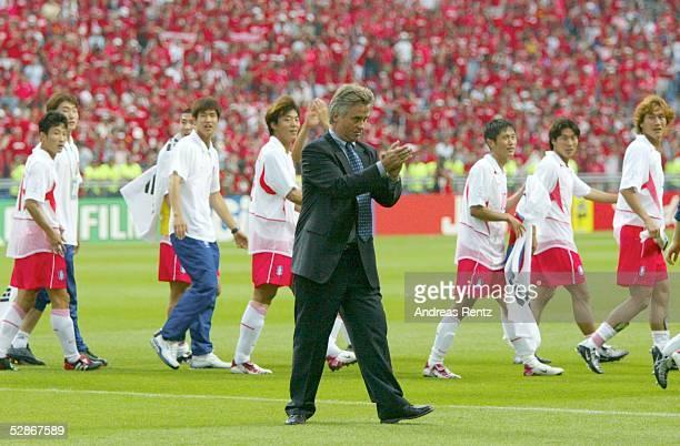 WM 2002 in JAPAN und KOREA Gwangju Match 59/VIERTELFINALE/SPANIEN KOREA 35 nE Trainer Guus HIDDINK/KOR bedankt sich bei seiner Mannschaft und den Fans