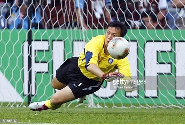 WM 2002 in JAPAN und KOREA Gwangju Match 59/VIERTELFINALE/SPANIEN KOREA 35 nE TORWART Jae Woon LEE/KOR haelt den entscheidenen Elfmeter von...