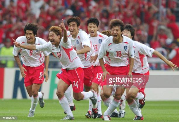 WM 2002 in JAPAN und KOREA Gwangju Match 59/VIERTELFINALE/SPANIEN KOREA 35 nElfmeterschiessen SCHLUSS JUBEL SUEDKOREA Ki Hyeon SEOL Chun Soo LEE Eul...