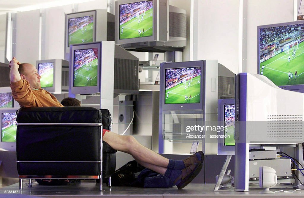 FUSSBALL WM 2002 in JAPAN und KOREA Hamburg 050602/Match 17 GRUPPE E/DEUTSCHLAND IRLAND 11 DEUTSCHLAND FAN guckt Fernsehen