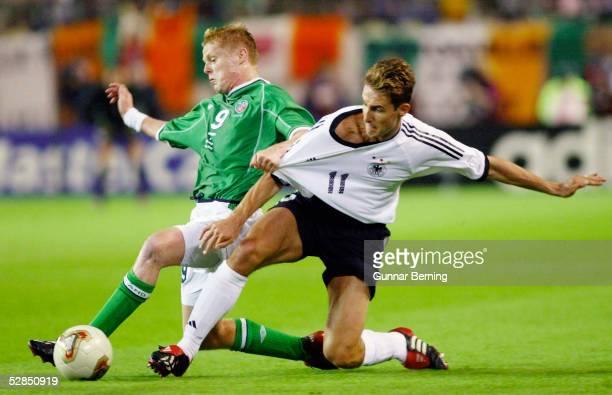 FUSSBALL WM 2002 in JAPAN und KOREA Ibaraki 050602/Match 17 GRUPPE E/DEUTSCHLAND IRLAND 11 Damien DUFF/IRL Miroslav KLOSE/GER