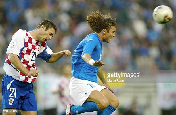 FUSSBALL WM 2002 in JAPAN und KOREA Ibaraki 080602 GRUPPE G/ITALIEN KROATIEN 12 Robert KOVAC/CRO Francesco TOTTI/ITA