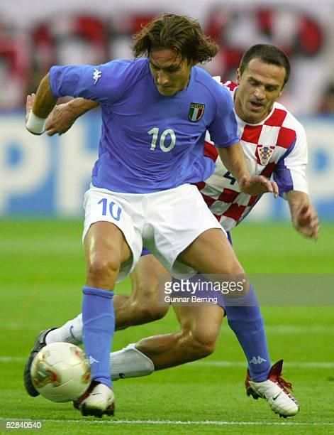 WM 2002 in JAPAN und KOREA Ibaraki GRUPPE G/ITALIEN KROATIEN 12 Francesco TOTTI/ITA Stjepan TOMAS/CRO