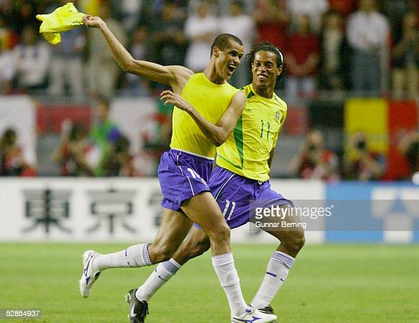 WM 2002 in JAPAN und KOREA Kobe Match 54/ACHTELFINALE/BRASILIEN BELGIEN 20 20 TOR JUBEL Torschuetze RIVALDO und RONALDINHO/BRA