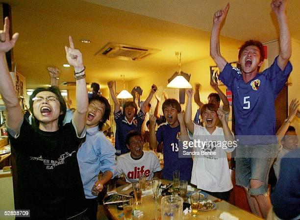 WM 2002 in JAPAN und KOREA Miyazaki GRUPPE H/JAPAN BELGIEN 22 Japanische FANS im Restaurant'MIYAUCHI'waehrend der Fernsehuebertragung
