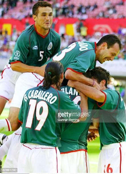 WM 2002 in JAPAN und KOREA Niigata GRUPPE G/KROATIEN MEXIKO 01 JUBEL nach dem Tor zum 01 durch Cuauhtemoc BLANCO/MEX mit Manuel VIDRIO Gabriel...