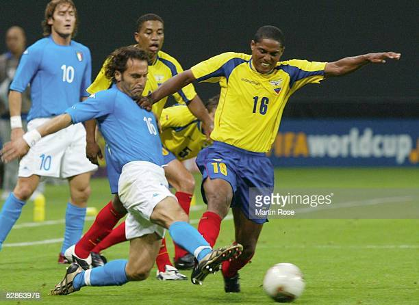 WM 2002 in JAPAN und KOREA Sapporo GRUPPE G/ITALIEN ECUADOR 20 Francesco TOTTI Angelo DI LIVIO /ITA Cleber CHALA/ECU