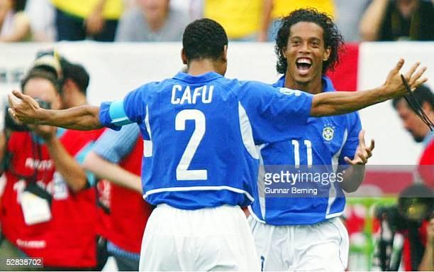 WM 2002 in JAPAN und KOREA Shizuoka Match 57/VIERTELFINALE/ENGLAND BRASILIEN 12 JUBEL nach dem Tor zum 12 durch RONALDINHO /BRA mit CAFU