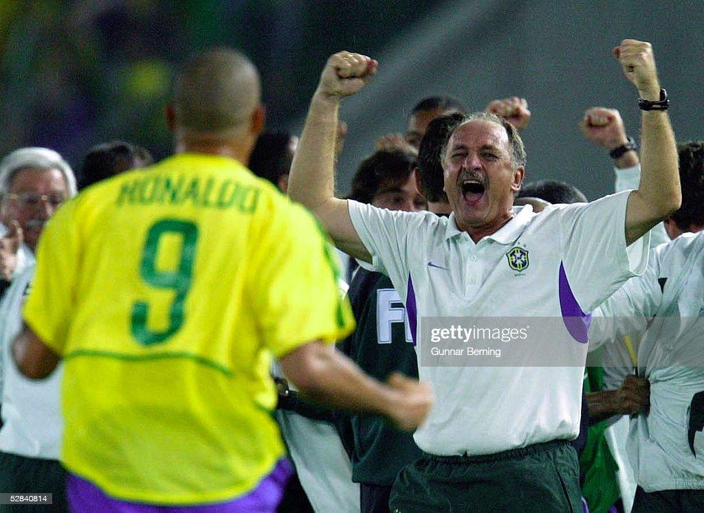 WM 2002 in JAPAN und KOREA, Yokohama; Match 64/FINALE/DEUTSCHLAND - BRASILIEN (GER - BRA) 0:2; BRASILIEN WELTMEISTER 2002; JUBEL nach TOR zum 0:2 RONALDO unf TRAINER Luiz Felipe SCOLARI/BRA