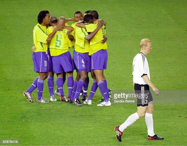 WM 2002 in JAPAN und KOREA Yokohama Match 64/FINALE/DEUTSCHLAND BRASILIEN JUBEL BRASILIEN nach dem TOR zum 01 von RONALDO/BRA vorne ENTTAEUSCHUNG bei...