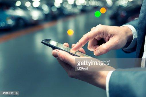 In den Parkplatz ein Mann mit Handy. Leichte bokeh : Stock-Foto