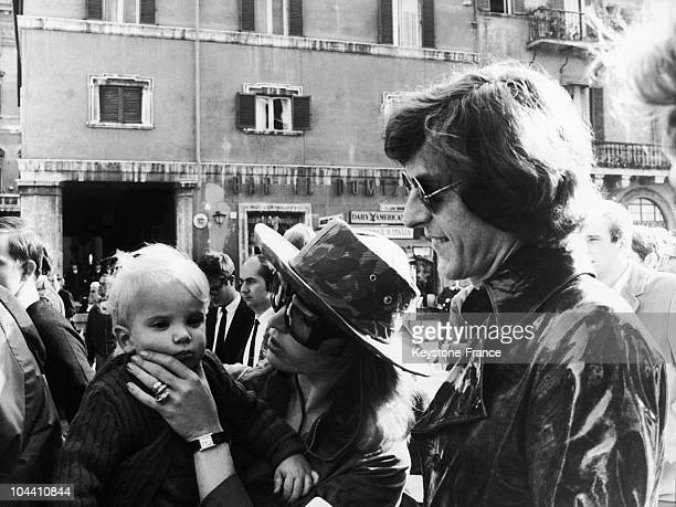 In Rome on November 15 during a protest against the Vietnam War American heir Paul GETTY Jr with his wife Talitha POL and their son Francesco wait...