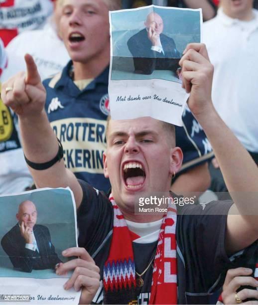 FINALE 2002 in Rotterdam 080502 FEYENOORD ROTTERDAM BORUSSIA DORTMUND Ein Rotterdam Fan zeigt eint Bild des ermordeten Politikers 'PIM FORTUYN '