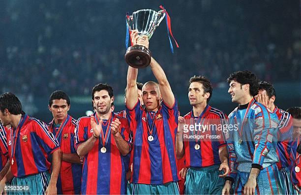 FINALE 140597 in ROTTERDAM FC BARCELONA PARIS ST GERMAIN 10 JUBEL BARCELONA RONALDO mit dem POKAL