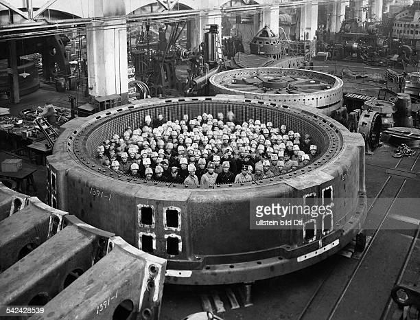 In Schweden gebauter Stator eines vertikalen Drehstromgenerators im Kraftwerk Lilla Edeterschienen in BIZ Nr 19/1927