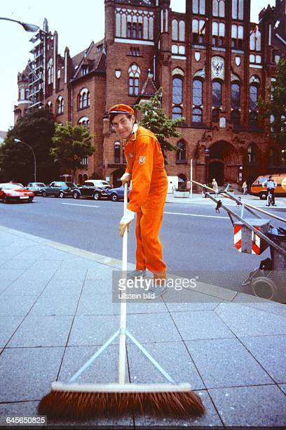 HARALD JUHNKE in seiner Spielfilm Rolle als SIGI der STRASSENFEGER hier am Rathaus Berlin Schmargendorf