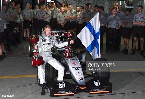 JAPAN 1999 in SUZUKA Rennen Mika HAEKKINEN/FIN McLaren Mercedes Jubel Team Pokal
