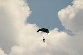 ein Paragleiter vor den Wolken